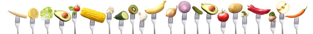 Frisches Obst und Gemüse in einer Reihe auf Gabelns